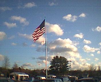 スーパーの前になびく星条旗